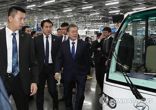 문 대통령, 충칭 현대차공장 방문…전기차 지원 관심