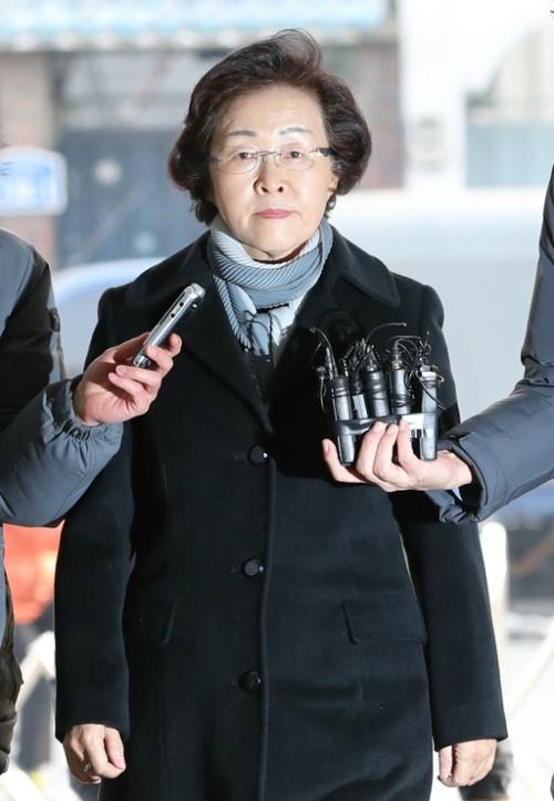 신연희 강남구청장, 횡령 등 혐의로 14시간 경찰조사받고 심야 귀가