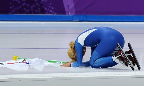 응원 커진 관중석…'은메달' 김보름, 큰절로 화답
