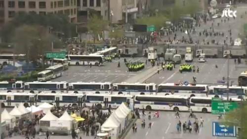 """大法, 차벽설치한 도로점거 시위 """"교통방해로 볼 수 없다""""며 무죄"""